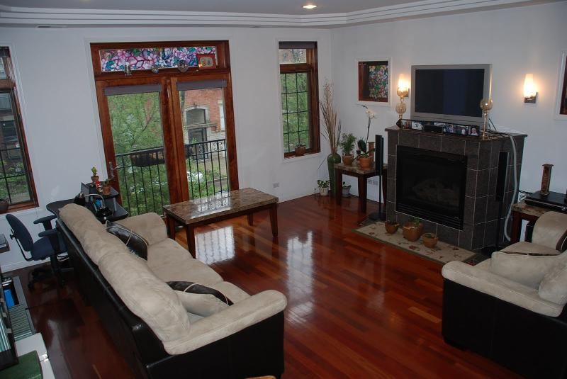 Living Room - West Town Condo 2-bedroom and 2-fullbath condo unit (Unit 2) with 1 assigned parking - Chicago - rentals