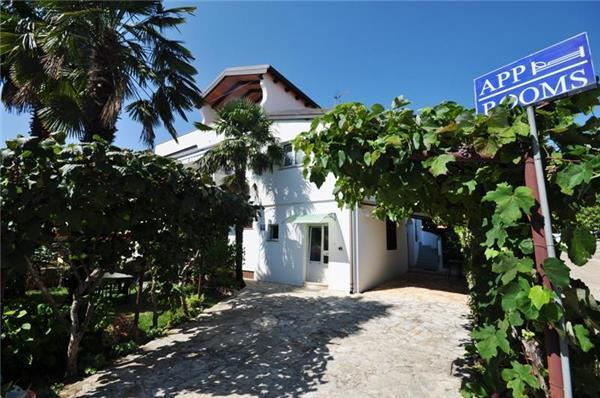 Apartment for 2 persons near the beach in Novigrad - Image 1 - Novigrad - rentals