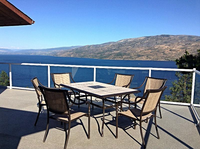 Dinning on the deck - Spacious Suite with Panorama Lake View - Peachland - rentals