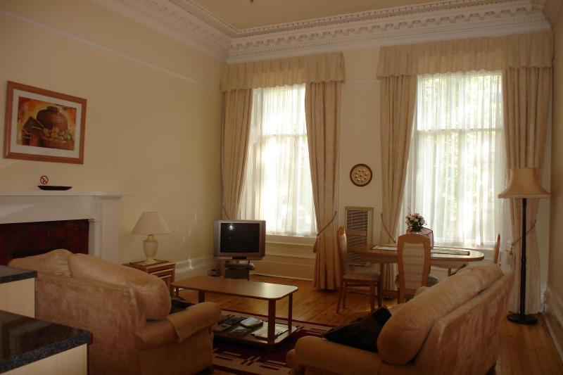 Kelvin Apartment lounge/dining room - Kelvin Apartment, 2 bedrooms, Glasgow's West End - Glasgow - rentals