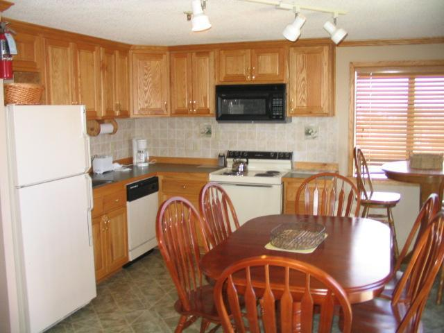 Fully Equipped Kitchen - The Catbird Seat - Ski-in Ski-out, 5 queens,wifi - Snowshoe - rentals