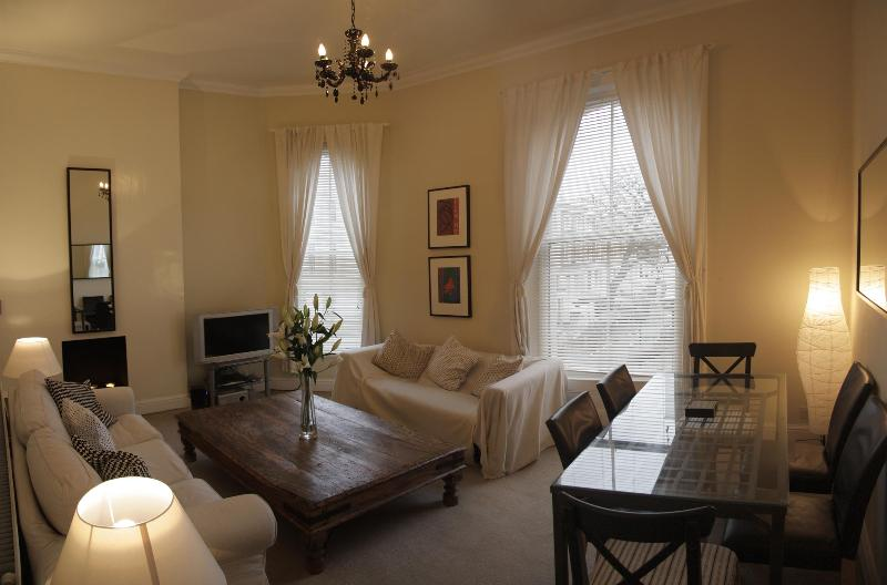 Lounge - Stylish 3 bedroom apartment in Trendy Kensington - London - rentals