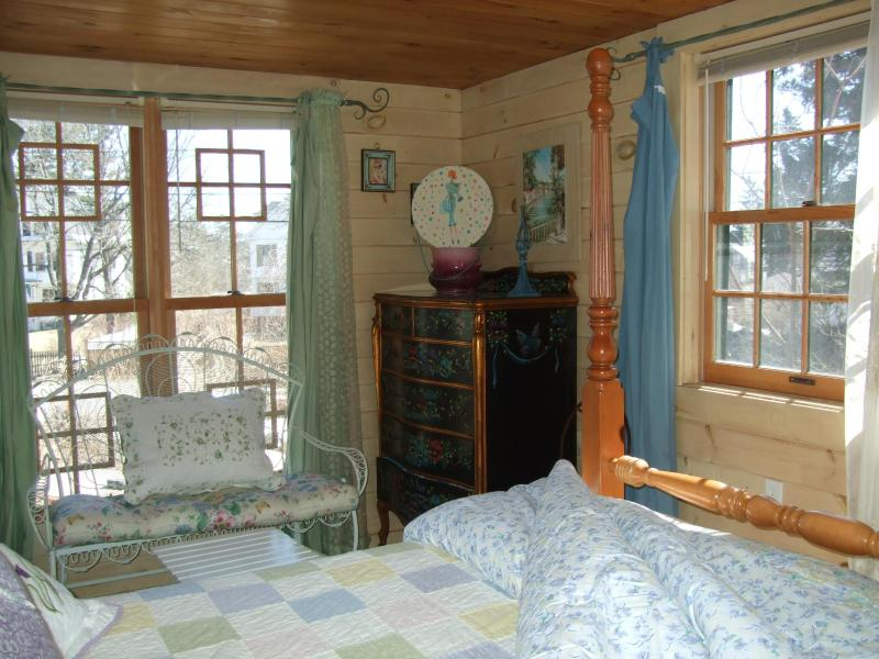 Large Windows, hand-painted dresser - Portsmouth NH harbor, 1 bdrm Kittery ME, PETS OK - Kittery - rentals