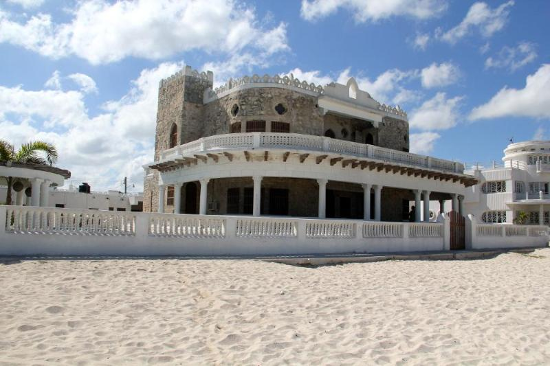 Casa del Malecon - Casa del Malecon, beachfront Casona in the heart of Progreso! with pool - Progreso - rentals