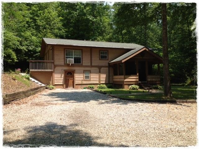 Front of House from driveway - 3 Bedroom Cabin Near The Tail Of The Dragon - Maryville - rentals