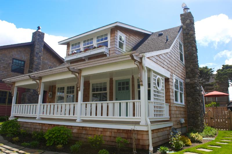 Guests just might find that Hopper's House is the quintessential beach cottage. - Luxury Cottage Rental ~ W. Presidential Streets! - Cannon Beach - rentals