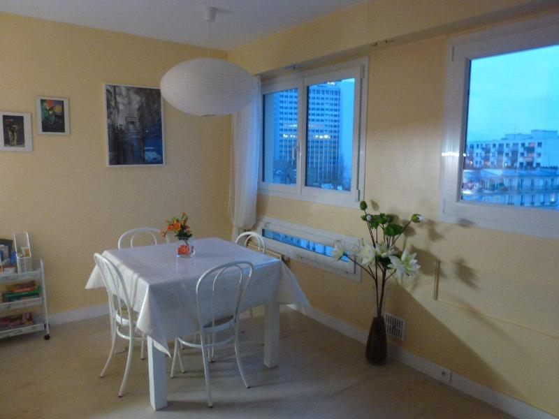 Bright, sunny eating corner for 4 - Sunny Modern Spacious Studio - Internet - Lift - 13th Arrondissement Gobelins - rentals