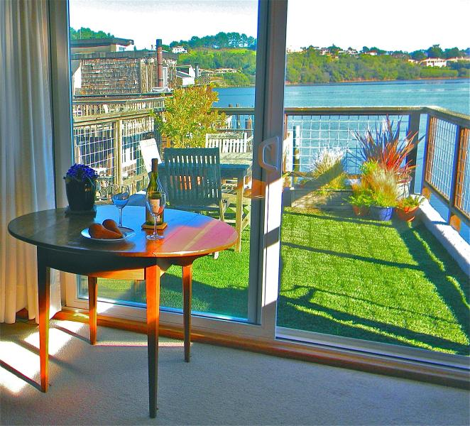 table looking onto view and deck - Sausalito, Beautiful Houseboat Apartment - Sausalito - rentals