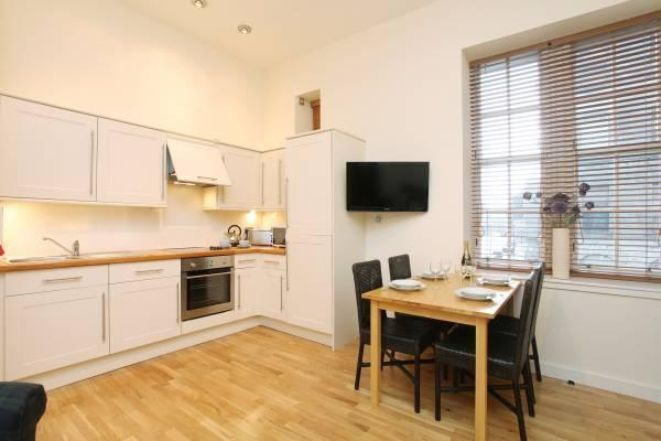 Open plan kitchen with dining area - The Old Schoolhouse near the Royal Mile, Old Town - Edinburgh - rentals