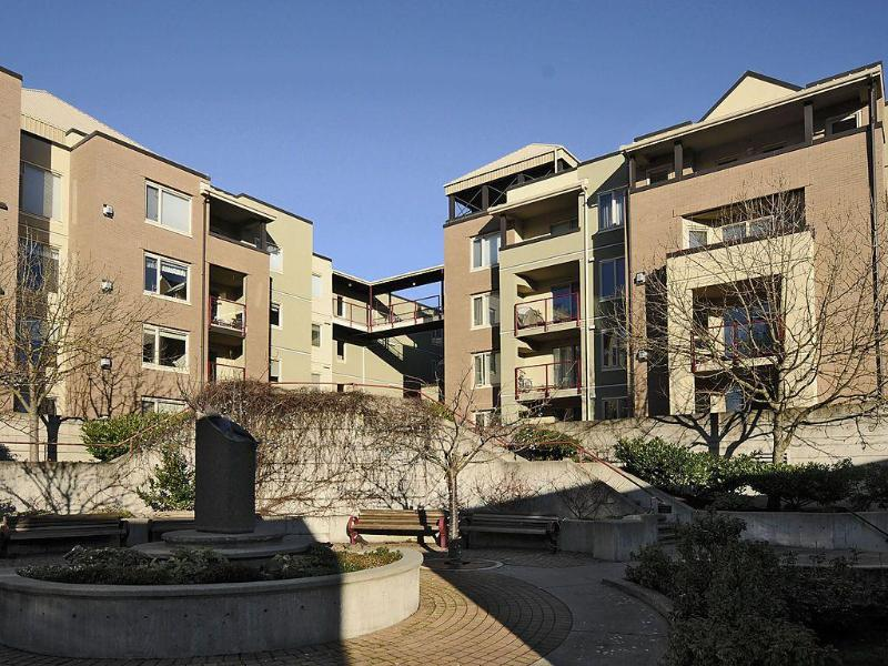 Inner Courtyard - 2 Bedroom, two bathroom condo on Victoria  Harbour - Victoria - rentals