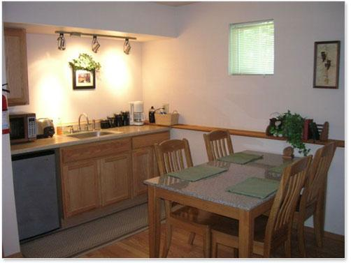 Den 2 kitchenette and dining area - Bed & Breakfast and Lodging in Seward, Alaska - Seward - rentals