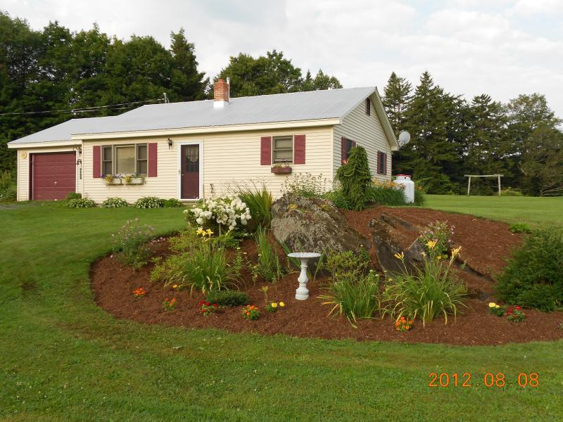 Affordable All-season House/Wireless, Flowerbeds - Image 1 - Greensboro - rentals