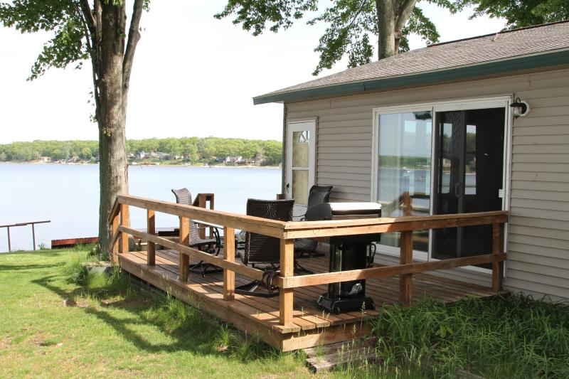 View facing west for those beautiful sunsets - Wolf Lake, Muskegon , MI 2 bedroom Lakefront Home - Muskegon - rentals