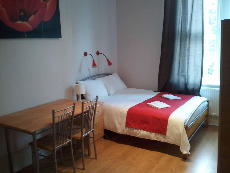 En-suite self-catering apartment, short let London holiday flat for rent in London - New holiday flat for short term let in London - London - rentals