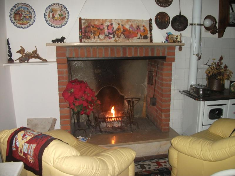 Fireplace in the kitchen with 2 armchairs - THE WHITE DOVE, VACATION RENTAL Apartment in CORTONA - Cortona - rentals