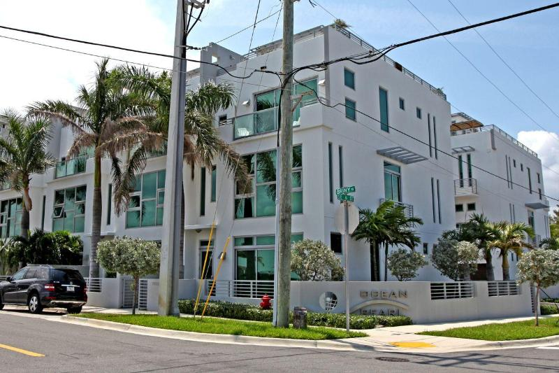Front view of complex - Deluxe 4 story townhouse with IN HOME elevator - Pompano Beach - rentals
