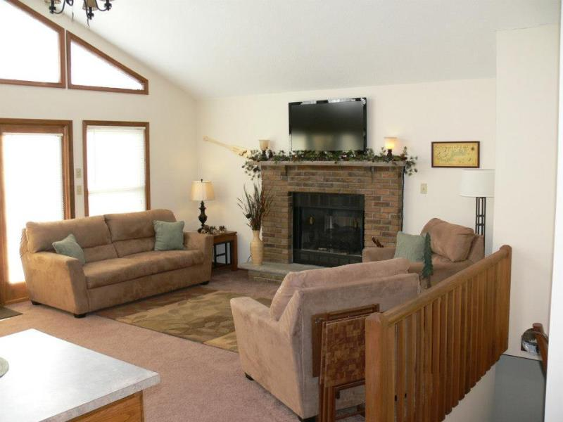 Large Open Floor Plan Living Room,Dining Room & Kitchen. Great for Entertaining - 5 Bd 2 Bath Home Sleeps 10 w/Game Room,Wifi & A/C - Lake Wallenpaupack - rentals