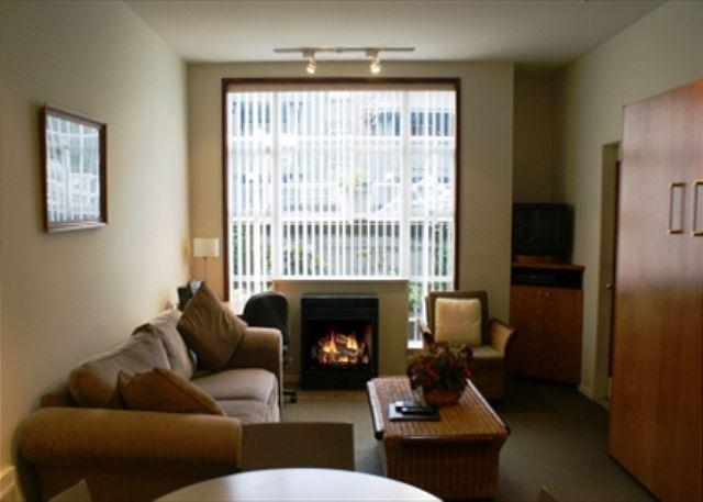 Living area - Glacier Lodge - Ski in Ski out with pool and hot tub access - Whistler - rentals