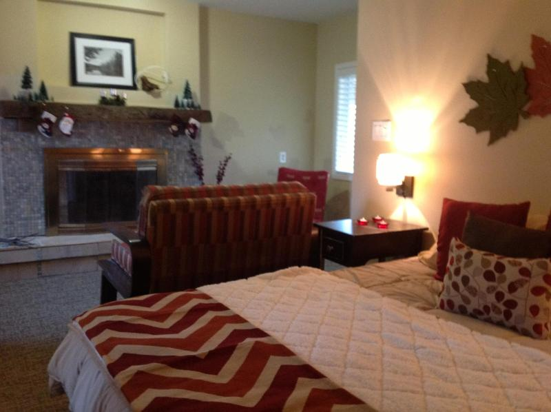 Master Bedroom with SItting Area - The Pinecrest Downriver Cottage - Taylor - rentals