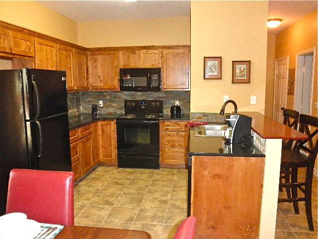 Kitchen with appliances, cookware and dishes. - Executive Corporate Apartment - San Marcos - rentals