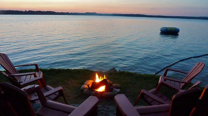 Lake front Campfire with Sunset view - Yaw-Noc-N Woodpecker Cottage - Kawartha Lakes - rentals