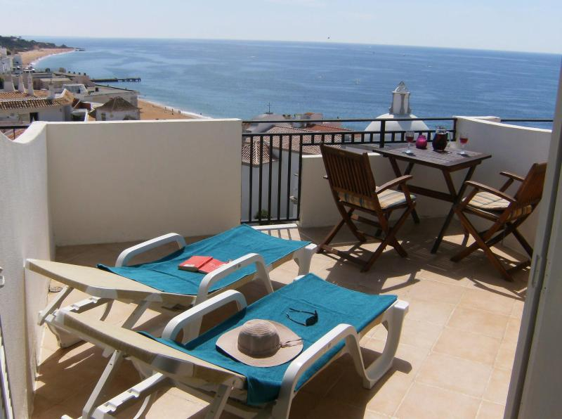Sun beds to relax - Studio Apartment with pamoramic sea view - Albufeira - rentals