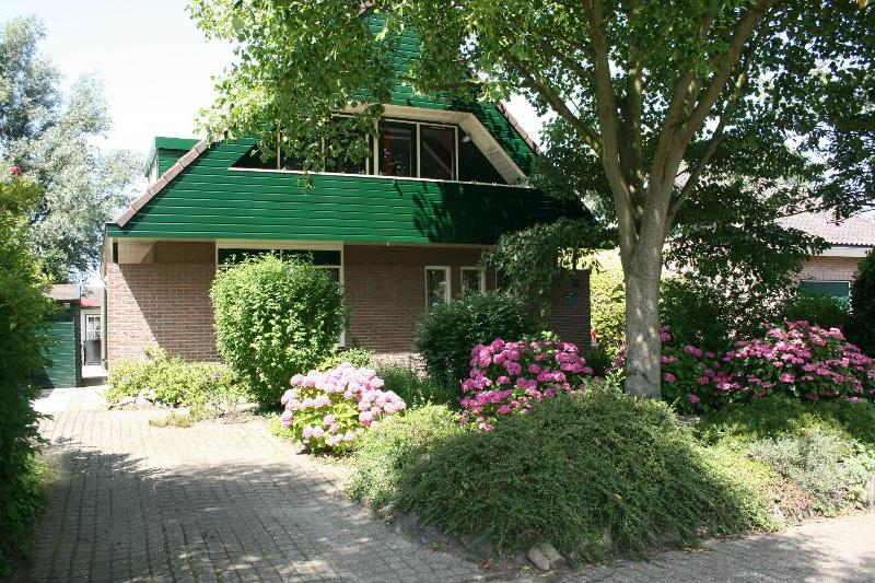 Frontside of our Bed & Breakfast - Awarded with the third price in the category 4 tulips in 2010!! - Landsmeer - rentals