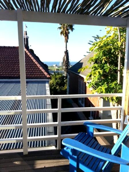 Contemplate your wine or all of Cape Town from the deck. - Green Point Pingaro, 2 bedrooms, deck with views - Cape Town - rentals