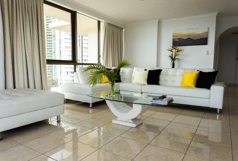 large living area - Beachfront Surfers Paradise luxury 2 brm apartment - Surfers Paradise - rentals