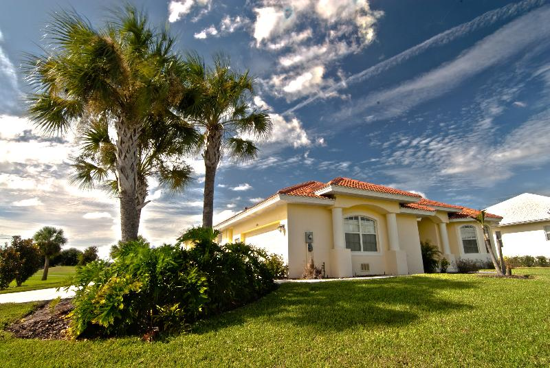 Coral Shores - Lake on one side, natural waterway on other - Coral Shores- 5Bed/4Bath Overlooks Lake&Golf. Pool - Englewood - rentals