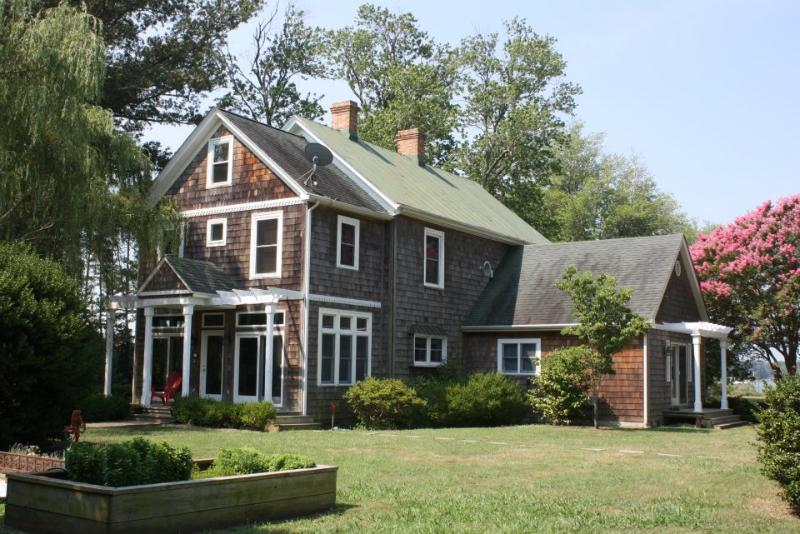 Waterfront wraps around our three private acres  - Romantic Weekend or Family Reunion - Pool, Kayaks - Williamsburg - rentals