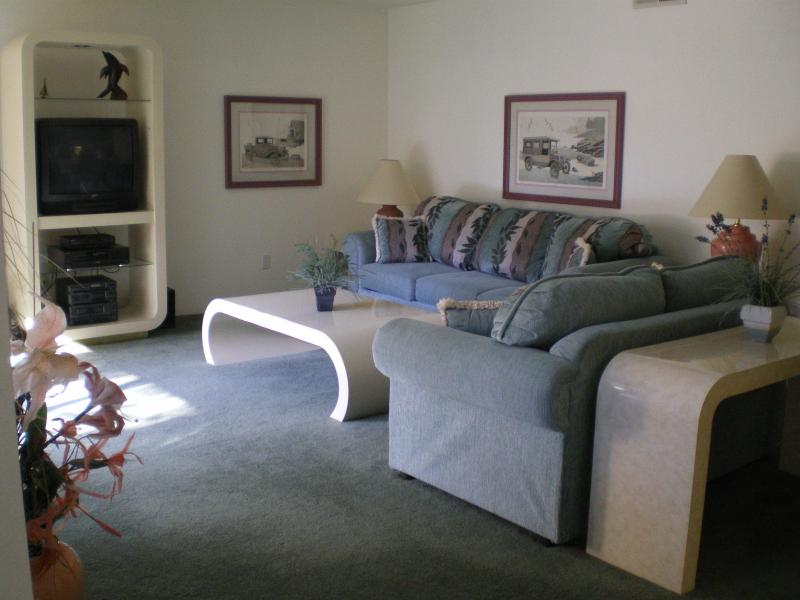 Living Room - Light and Airy - Tennis, Golf, Art, Exclusive Shopping, Fine Dining - Cathedral City - rentals