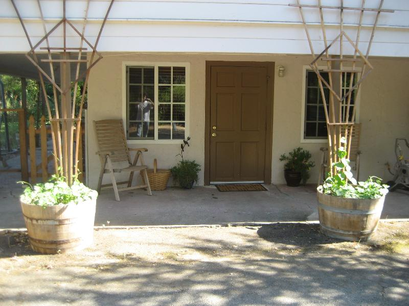 Front entry viewed from parking space. - Mira & Jose's Forestville Vacation - Russian River - Forestville - rentals