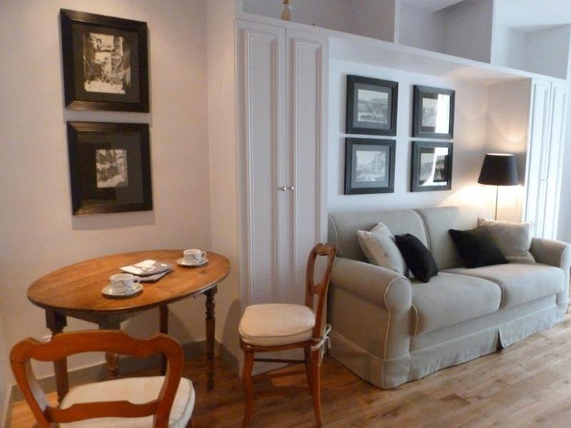 Living room with convertible sofa and dining area - Pretty Studio Paris Louvre Museum St Honore - Paris - rentals