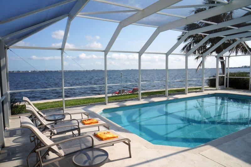River View from Pool Deck, 6 sun loungers available - Coral Island - Riverfront 3Be/2Ba, Electric Heated Pool, Wifi HS Internet, Yacht Club Area - Fort Myers - rentals