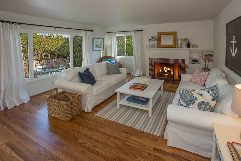 Living room with Gas fireplace - Mesa Beach Bungalow - Santa Barbara - rentals