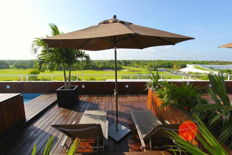 Rooftop Solarium with Pool and Loungers- View to the Golf Course - Gorgeous Condo in Golf Course & 2 Mins from Beach! - Playa del Carmen - rentals