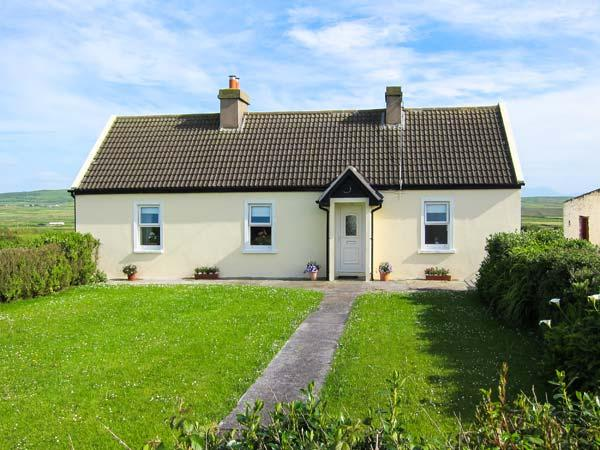BRIDG'S COTTAGE, detached cottage, gas stove, lawned garden to front and rear, in Cross, Ref 905935 - Image 1 - Crosshaven - rentals