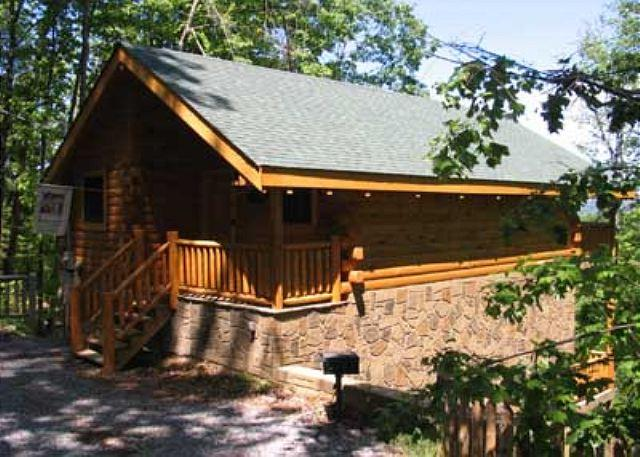 Kandy Kisses #1251- Outside View of the Cabin - Romantic 1 Bedroom Studio Cabin Located Between Gatlinburg and Pigeon Forge - Sevierville - rentals