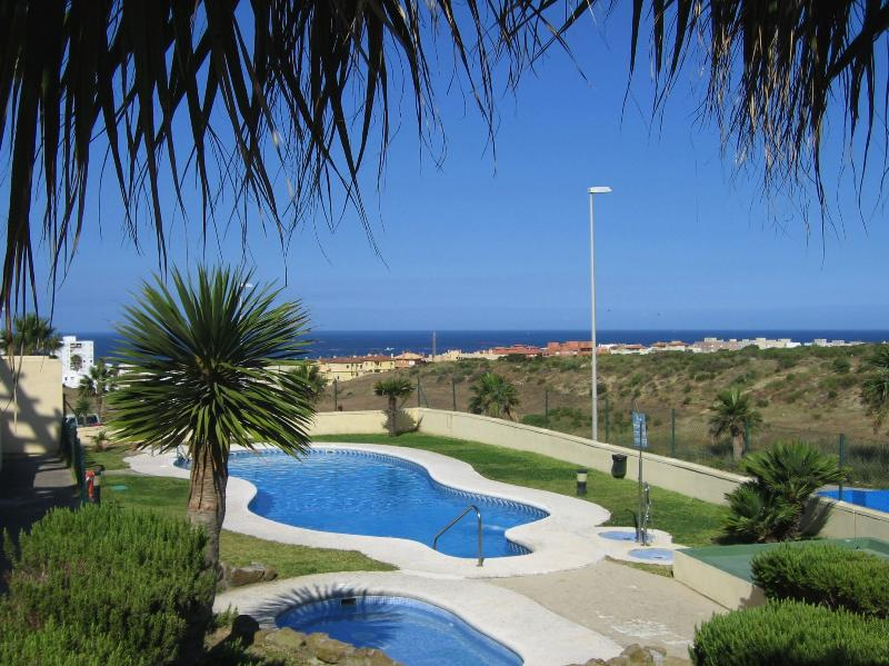 2 bedroom apartment, Tarifa. Pool, large balcony, WiFi, parking and lovely views in a quiet area - Tarifa apartment-2 bedrooms with pool and wifi - Tarifa - rentals