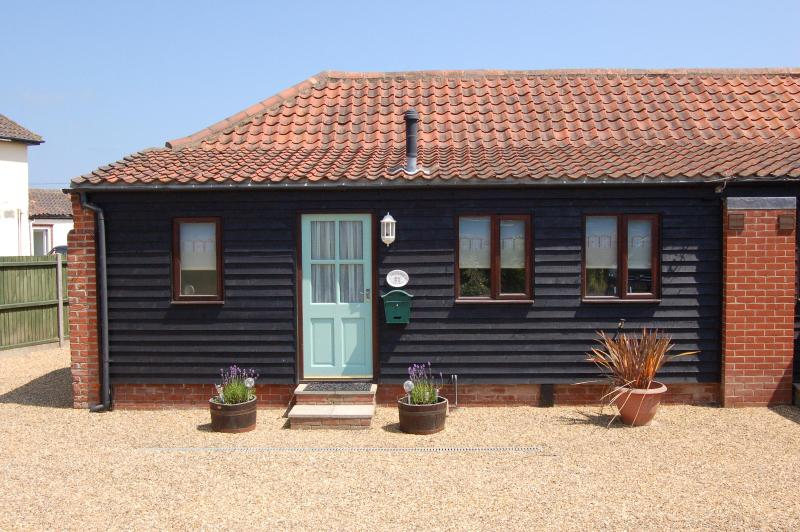 Front of Cottage - Lovely cottage in seaside village of Bacton - Bacton - rentals