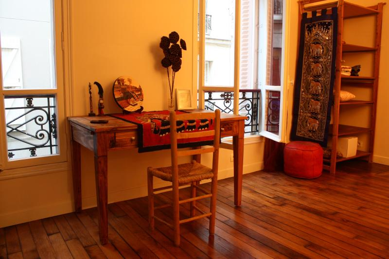 living room with two big windows facing the courtyard 2 - Your Home in Montmartre, Paris - Paris - rentals
