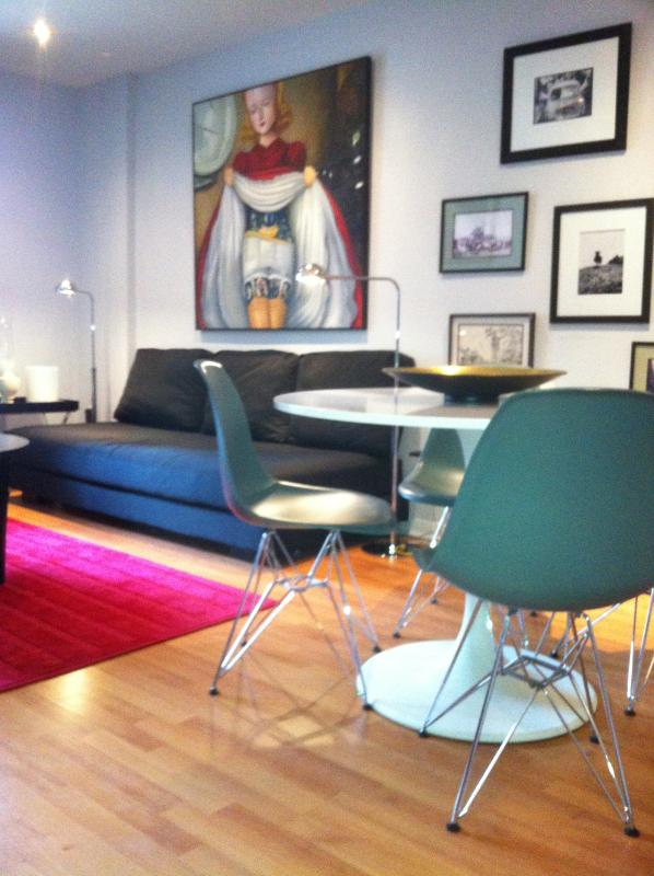 LIVING ROOM - MontreaL-Centre ville Est- 3 bedrooms Apartment with a private garden (2232) - Montreal - rentals