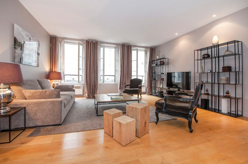 Living room with 3 double glass windows giving to the famous rue Mazarine - One bedroom haven in Saint-Germain-de-Prés - 6th Arrondissement Luxembourg - rentals