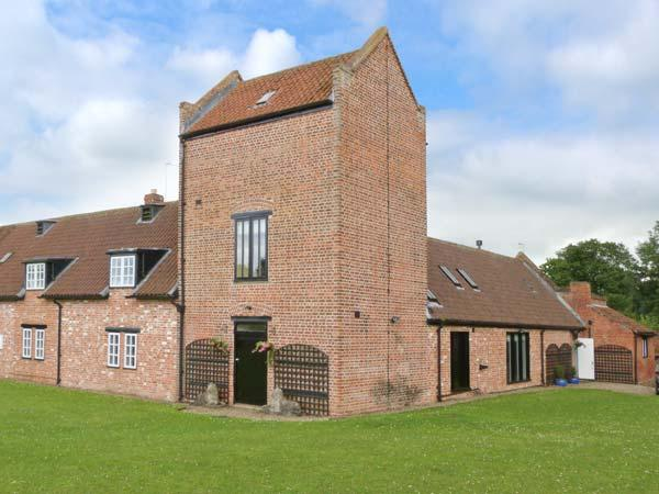 SMEATON MANOR STABLES, Grade II listed, en-suites, large garden, pet-friendly, near Northallerton, Ref 27571 - Image 1 - Northallerton - rentals
