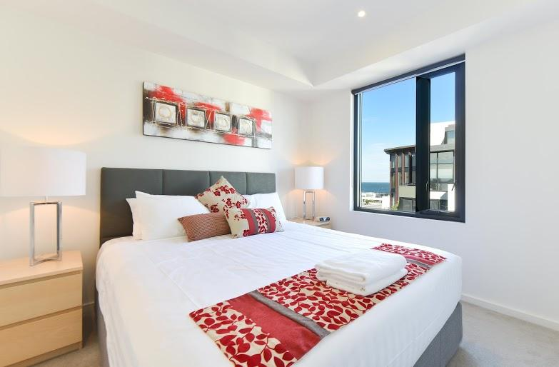 New pillow-top king bed, with new bedside lamps & tables & drawers, with a view of the bay. - StayCentral Seaviews pool gym beach shopping trams - Melbourne - rentals
