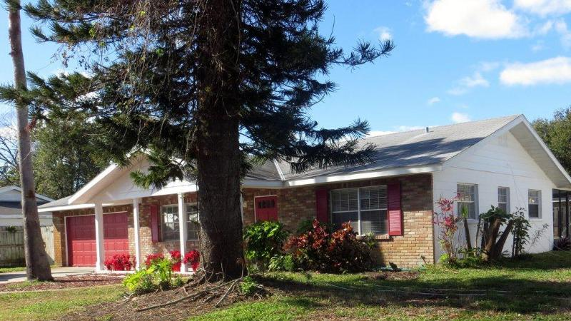 Beautiful Home on quiet street, fenced yard, close to beaches. - Sparkling Clean 3 bedroom 2 Bath Home, Pool, Beaches, Children and Pets Welcome - Bradenton - rentals