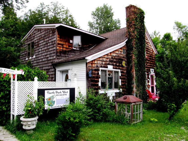 North Park West is perfectly situated in Suttons Bay village on 2 wine trails. Walk everywhere! - North Park West B&B on wine trails in Suttons Bay! - Suttons Bay - rentals