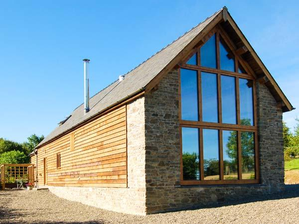TY CAMLAD, feature beams and floor to ceiling windows, woodburning stove, king-size bed, near Churchstoke, Ref 17187 - Image 1 - Church Stoke - rentals