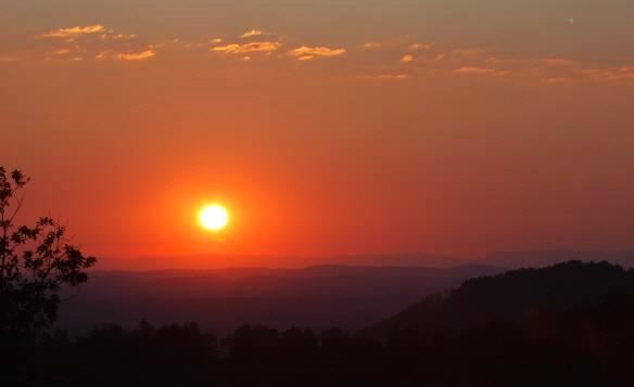 Sunset View from Back Deck - GREAT MTN Views - Sleeps 4 - Near DLLYWD - WiFi - Pigeon Forge - rentals